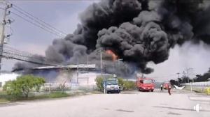 """การนิคมฯ สั่งระงับประกอบกิจการ-กำจัดของเสีย ไฟไหม้โรงงานพลาสติก """"นิคมปิ่นทอง 2"""" ศรีราชา"""