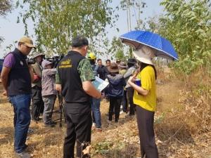 """""""ปารีณา"""" ร่วมเข้าตรวจสอบที่ดินแม่ธนาธร หลังเป็นผู้ร้องเรียนว่ามีการบุกรุกที่ป่า"""
