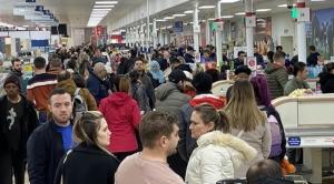 """InPics&Clip: แพนิกซื้อ!! ห้างค้าปลีกยักษ์ใหญ่อังกฤษทนไม่ไหว รวมตัวออกแถลงการณ์ร่วมวอนผู้ดี """"อย่าแห่กักตุนสินค้า"""" หลังซื้อจนเกลี้ยงร้าน"""