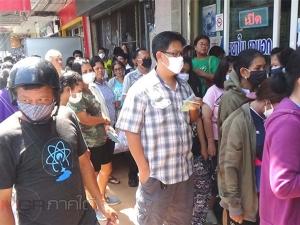 ประชาชนตรังแห่รอเข้าคิวซื้อหน้ากากอนามัยจนแถวยาวเหยียดทำรถติด