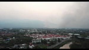ไฟผลาญป่าตีนดอยสุเทพยังหนัก ลุกโชนแดงฉานลามประชิดรั้วบ้านป่าแหว่ง