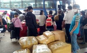 กลับประเทศแล้ว! 200 แรงงานเวียดนามตกค้าง บขส.นครพนม