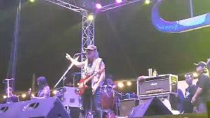แอ๊ด คาราบาว คืนเล่นคอนเสิร์ตที่แม่สอด ที่มีการแจกกล้วยจนท.รัฐ ด้วยไม่พอใจที่ปิดผับ-บาร์