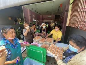 ร้านขายข้าวแกงดังในภูเก็ตแจกข้าวสารอาหารแห้งให้คนที่ได้รับผลกระทบจากโควิด-19 ระบาด