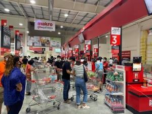 ประชาชนแห่เข้าห้างฯ ซื้อของกินของใช้เข้าบ้าน แม้ผู้ว่าฯ กทม.บอกซูเปอร์ฯ ยังไม่ปิด