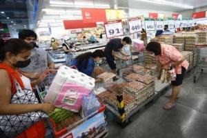 "In Pics: สื่อนอกรายงาน ""กรุงเทพฯ"" ปิดห้าง-ตลาดสด ""1 ม.ระยะห่าง-ห้ามกักตุน"" หลังติดเชื้อวันเดียวพุ่ง 89 ""มาเลเซีย"" เพื่อนบ้านทะลุเกิน 1,000 ทั่วโลกดับกว่า 13,000"