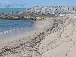 อีกระลอก! ก้อนน้ำมันทะลักเข้าหาดหัวไทรอื้อ ชาวบ้านโอดไร้ทางแก้ตลอด 1 เดือน