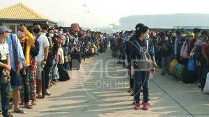 แรงงานพม่าแห่รอข้ามฝั่งกลับบ้านล้นด่านแม่สอด 2 ก่อนไทยปิดพรมแดนไร้กำหนด