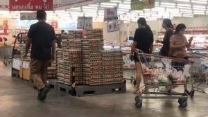 คิวยาว! คนเชียงใหม่แห่เข้าห้างค้าปลีกซื้อตุนของหลังประกาศล็อกดาวน์เชียงใหม่สกัดโควิด-19