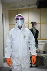 """""""อัศวิน"""" รับมอบชุด PPE ส่งต่อเจ้าหน้าที่ใช้สอบสวนโรคให้ปลอดภัยจากเชื้อโควิด-19"""