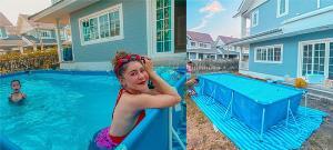 """อยู่บ้านยังไงไม่ให้เครียด """"เป็กกี้ ศรีธัญญา"""" ทำสระว่ายน้ำชั่วคราวเล่นคลายร้อน"""