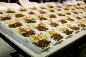 เจ้าของร้านอาหารชื่อดังเมืองกาญจน์ ทำข้าวกล่องแจกฟรีช่วงวิกฤตโควิด-19