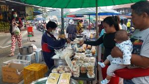 ลูกค้าตรึมทุกวัน! สองแม่ลูกชาวอุทัยธานียืนหยัดขายข้าวกล่องแกงถุง 10 บาททุกเมนูสู้ภัยโควิด