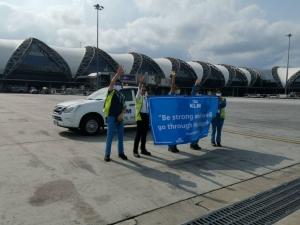 """ลูกเรือ KLM ร้องเพลง """"When Will I See You Again"""" บอกลาผู้โดยสาร ในห้วงเวลาที่ยากลำบาก"""