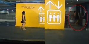 กล้องจับภาพ 2 สาว ใช้เท้ากดเรียกลิฟต์ในลานจอดรถห้างสรรพสินค้า