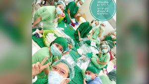 รอดไปด้วยกัน!  แพทย์เผยภาพเจ้าหน้าที่ช่วยกันทำหน้ากากป้องกัน หลัง รพ.ขาดแคลน
