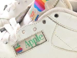 ด้านข้างของรองเท้าที่ Reebok ผลิตเพื่อ Apple