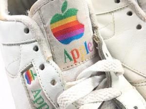 รองเท้านี้เป็นผลงานการผลิตของรีบอค (Reebok) เพื่อ Apple มีการติดโลโก้สีรุ้งไว้ที่ลิ้นของรองเท้า