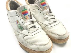 รองเท้าอีกคู่ ดีไซน์คล้ายกัน ถูกตั้งราคาประมูลไว้ 15,000 เหรียญ (ราว 480,000 บาท) เมื่อปี 2017
