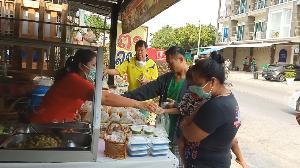 ไทยน้ำใจงามเสมอ! แม่ค้าข้าวแกงพิษณุโลกขายถูกไม่พอ แจกฟรีข้าวแกงถุงสู้ภัยโควิดจนกว่าจะหมดทุน