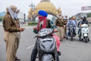 ตำรวจอินเดียในเมืองอมฤตสระ (Amritsar) สั่งหยุดรถ และแนะนำให้ประชาชนกลับไปเก็บตัวอยู่แต่ในบ้านตามมาตรการล็อคดาวน์ของรัฐบาล เพื่อสกัดการระบาดของไวรัสโควิด-19