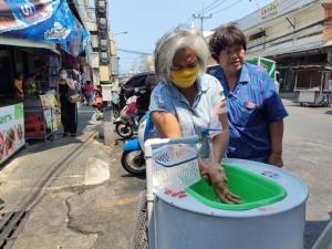 ไอเดียดี! ทม.หัวหิน นำถังดัดแปลงที่ล้างมือให้ประชาชนก่อนเข้าตลาดฉัตร์ไชย