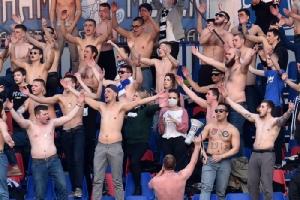แฟนๆ ของทีมฟุตบอล เอฟซี มินสค์ ลงทุนถอดเสื้อเพื่อเชียร์ทีมท่ามกลางอากาศหนาว  ระหว่างแมตช์การแข่งขันในเบลารุส พรีเมียร์ ลีก กับทีม เอฟซี ดินาโม-มินสค์  ณ สนามฟุตบอลในกรุงมินสค์ ประเทศเบลารุส เมื่อวันเสาร์ (28 มี.ค.)  ทั้งนี้เบลารุสเป็นชาติยุโรปเพียงชาติเดียวที่ยังคงจัดการแข่งขันฟุตบอลลีกอาชีพต่อไปตามปกติ ถึงแม้ประเทศอื่นๆ ต่างใช้มาตรการล็อกดาวน์กันเป็นแถว