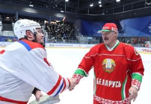 ประธานาธิบดีอเล็กซานเดอร์ ลูคาเชนโก ของเบลารุส (ขวา) ก็ไปชมเกมการแข่งขันฮอกกี้น้ำแข็งสมัครเล่น ที่สนามในกรุงมินสค์ เมื่อวันเสาร์ (28 มี.ค.)