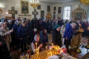ประชาชนจำนวนมากเข้าร่วมพิธีทางศาสนา ในโบสถ์คริสต์ศาสนานิกายออโธดอกซ์แห่งหนึ่ง ในเมืองดยาตโลโว ประเทศเบลารุส เมื่อวันที่ 21 มีนาคม  ท่ามกลางความกังวลใจเกี่ยวกับการระบาดของไวรัสโคโรนาสายพันธุ์ใหม่