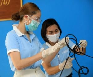 """""""ขวัญ"""" นางฟ้าของชุมชน ยกทีมทำความสะอาดกำจัดไวรัสฟรี! ขอบคุณแพทย์ที่ทำงานเหนื่อยเพื่อคนไทย"""