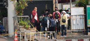 ต้องรอค่าจ้าง! แรงงานพม่าตกค้างทยอยถึงชายแดนแม่สาย ทหารขึงลวดกั้นริมน้ำสกัดคนลอบข้าม