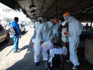ทน.ตรังเดินหน้าพ่นน้ำยาฆ่าเชื้อโควิด-19 ในสถานที่รวมตัวของประชาชน