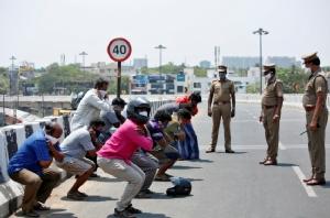 ตำรวจอินเดียในเมืองเชนไนสั่งลงโทษผู้ฝ่าฝืนมาตรการล็อกดาวน์ของรัฐบาลด้วยการให้ 'ซิต-อัพ' เมื่อวันที่ 1 เม.ย.