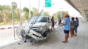 หน้ากากอนามัยเป็นเหตุ พ่อค้าปลาก้มหน้าถอดทำรถเสียหลักพุ่งชนรั้วกั้นใต้สะพานพังยับ