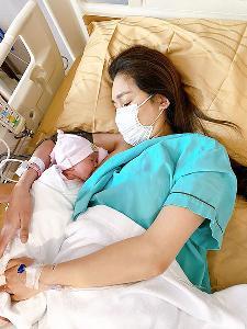 """""""เนย"""" ใส่มาสก์ให้นมลูก น้ำตาไหลคลอดลูกสาวแข็งแรง ปลอดภัยในสถานการณ์โควิด"""