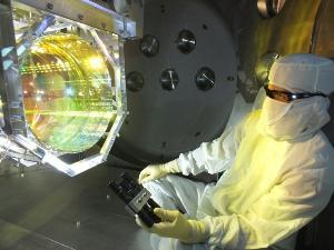 ช่างเทคนิค ตรวจสอบอุปกรณ์ทางแสงของห้องปฏิบัติการ LIGO (Caltech/MIT/LIGO Lab/AFP)