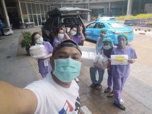 หนุ่มใจหล่อ! มอบกำลังใจให้กองทัพเสื้อกาวน์ต่อสู้กับ COVID-19 ยกอาหารทะเลเสิร์ฟถึงโรงพยาบาล