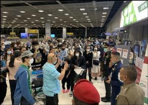 บรรยากาศที่สนามบินสุวรรณภูมิเมื่อวันที่ 3 เม.ย. ขณะ 158 คนไทยที่เดินทางกลับจากต่างประเทศ ไม่พอใจมาตรการของรัฐที่จะมีการกักตัวในพื้นที่ที่รัฐจัดไว้ 14 วัน โดยอ้างว่า ไม่ทราบมาก่อน