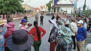 ชาวกัมพูชากว่า 300 คน รวมตัวหน้าสะพานมิตรภาพไทย-กัมพูชา เหตุคิดว่าไทยเปิดด่าน
