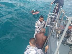 ทหารเรือทัพเรือภาคที่ 2 สงขลาเข้าช่วยชีวิต 4 ลูกเรือประมงลอยคอกลางทะเลหลังเรืออับปาง