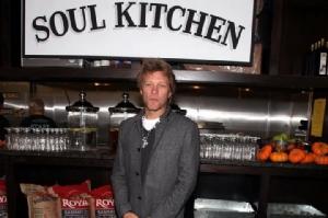 """""""บอง โจวี"""" เปิดร้านอาหารเพื่อคนยากไร้ ไม่ได้แจกฟรีแต่ให้ทำงานแลกอิ่ม"""