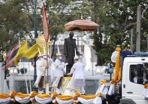"""""""ในหลวง"""" โปรดเกล้าฯ ให้อัญเชิญพระบรมรูป ร.๙ ประดิษฐาน ณ ปราสาทพระเทพบิดร ในวัดพระแก้ว"""