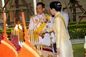 ในหลวง-พระราชินี ทรงบำเพ็ญพระราชกุศลเนื่องในวันจักรี