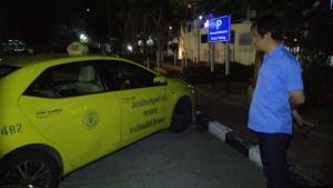 ทำกันได้!! แท็กซี่ถูกผู้โดยสารหลอกมาส่ง พร้อมเชิดโทรศัพท์มือถือหลบหนี