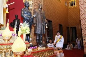 """""""ในหลวง"""" ทรงประกอบพิธีประดิษฐานพระบรมรูป ร.๙ ที่ปราสาทพระเทพบิดร ในพระบรมมหาราชวัง"""
