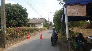 ชาวหางดงรวมตัวขึ้นโรงพักแจ้งความ หลังโดนฝรั่งกับแฟนชาวไทยรื้อด่านคัดกรองโควิด