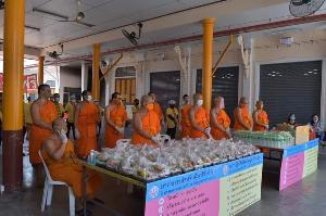 """สาธุ! """"วัดจิตอาสา"""" โรงทานน้ำใจช่วยคนไทยอิ่มท้องยามลำบากจากโควิด-19"""