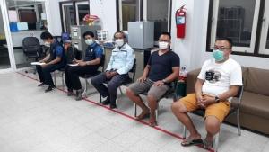 นักท่องเที่ยวจีนเข้าพบพนักงานสอบสวน สภ.กะรน  (ภาพ : เพจ กรมทรัพยากรทางทะเลและชายฝั่ง)