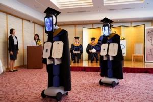 เจ๋ง! มหาวิทยาลัยญี่ปุ่นใช้หุ่นยนต์รับปริญญาแทนนักศึกษาป้องกันโควิด-19 ระบาด (ชมคลิป)