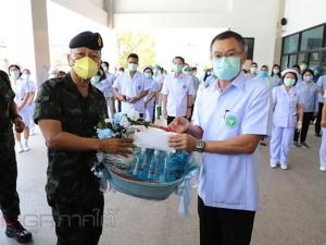 แม่ทัพภาค 4 พร้อมคณะมอบเงินให้โรงพยาบาลปัตตานี สร้างขวัญและกำลังใจในการสู้โรคโควิด-19